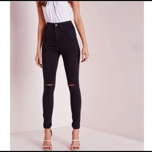 Black jegging with knee rips